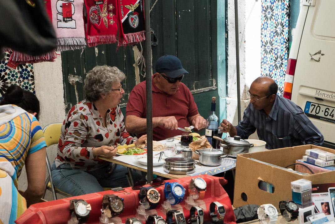Feira da Ladra Sellers Eating